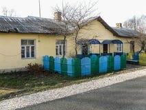 Edificio de apartamentos en el pueblo ruso en la región de Kaluga Fotografía de archivo