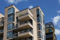Edificio de apartamentos moderno imagen de archivo