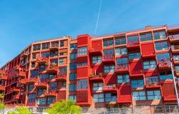 Edificio de apartamentos multifamiliar rojo nuevamente construido foto de archivo