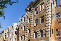 Edificio de apartamentos roto constructivo abandonado de la vivienda Imagen de archivo
