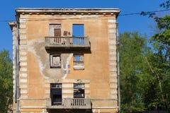 Edificio de apartamentos roto constructivo abandonado de la vivienda Fotografía de archivo