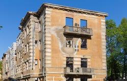 Edificio de apartamentos roto constructivo abandonado de la vivienda Imagenes de archivo