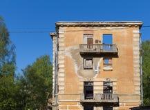 Edificio de apartamentos roto constructivo abandonado de la vivienda Fotos de archivo libres de regalías