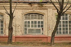 Edificio de apartamentos viejo. Foto de archivo