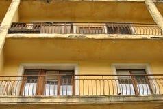 Edificio de apartamentos viejo. Foto de archivo libre de regalías
