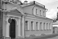 Edificio de apartamentos viejo. Fotos de archivo