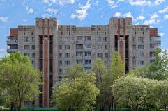 Edificio de apartamentos viejo contra el cielo azul nublado fotos de archivo libres de regalías