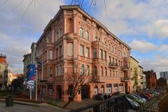 Edificio de apartamentos viejo en Bydgoszcz, Polonia Imagen de archivo libre de regalías
