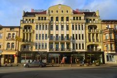 Edificio de apartamentos viejo restaurado Imagen de archivo