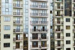 Edificio de apartamentos, vista delantera Fotografía de archivo