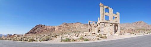 Edificio de banco del pueblo fantasma - panorama Imagenes de archivo