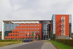 Edificio de banco moderno en Hoogeveen en la luz de la tarde, Países Bajos Fotografía de archivo libre de regalías