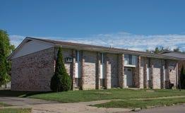 Edificio de Brown y de Tan Brick Low Income Apartment fotografía de archivo