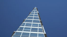Edificio de cristal con el fondo 4K del cielo azul