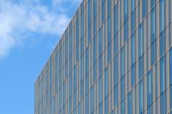 Edificio de cristal con las rayas de oro imágenes de archivo libres de regalías