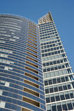 Edificio de cristal del negocio moderno en fondo del cielo azul foto de archivo libre de regalías