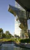 Edificio de cristal moderno con la fuente Imágenes de archivo libres de regalías