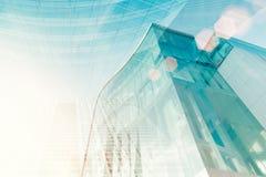 Edificio de cristal moderno con la llamarada del sol Foco suave de la ciudad para el ABS Fotografía de archivo libre de regalías