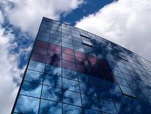 Edificio de cristal moderno con la reflexión de nubes Fotografía de archivo libre de regalías