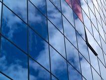 Edificio de cristal moderno con la reflexión de nubes Foto de archivo