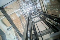 Edificio de cristal moderno del eje de elevador de la elevación transparente fotografía de archivo libre de regalías