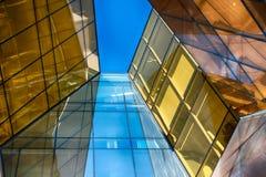 Edificio de cristal moderno en extracto foto de archivo