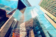 Edificio de cristal moderno en New York City, reflexión abstracta fotos de archivo