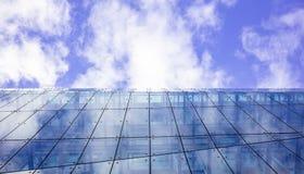 Edificio de cristal moderno Fondo del cielo nublado, bajo visión, espacio foto de archivo