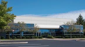 Edificio de cristal teñido moderno con dos puertas imágenes de archivo libres de regalías