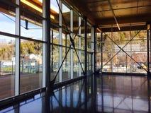Edificio de cristal y de madera Fotos de archivo