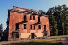 edificio de dos pisos abandonado viejo imagen de archivo