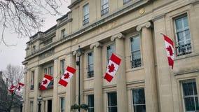 Edificio de embajada canadiense con las banderas metrajes
