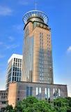 Edificio de encargo de Shangai China bajo el cielo azul Imagenes de archivo