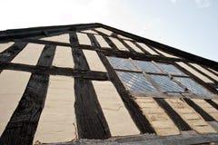 Edificio de entramado de madera en el Reino Unido imagenes de archivo