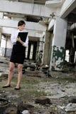 edificio de evaluación caucásico de la mujer de negocios Foto de archivo