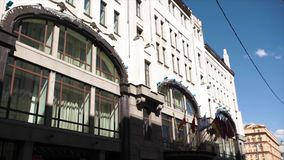 Edificio de la administración con las banderas de los países Banderas de los países de la unión europea que agitan cerca de europ fotografía de archivo libre de regalías