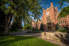 Edificio de la administración hermoso de la universidad del ladrillo imagen de archivo