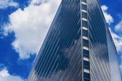 Edificio de la altura y reflexión bluesky de la nube Imagen de archivo