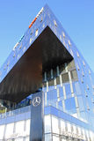 Edificio de la arquitectura y salón futuristas modernos del Benz de Mersedes, Imagen de archivo