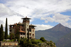 Edificio de la configuración italiana en el lago Como Foto de archivo libre de regalías