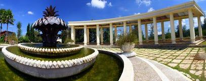 Edificio de la curva en el parque Foto de archivo libre de regalías