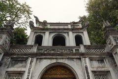 Edificio de la entrada principal del templo de la literatura - universidad nacional del ` s primer de Vietnam construida en 1070 imagen de archivo