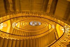 Edificio de la escalera, escalera oval dentro del edificio fotos de archivo libres de regalías