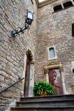 Edificio de la esquina de piedra viejo con pasos y linterna en Barcelona, España Imagen de archivo