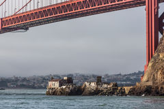 Edificio de la estación de la niebla debajo de puente Golden Gate Imagen de archivo libre de regalías