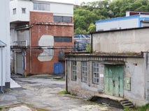 Edificio de la fábrica con la reserva de agua, industria química Luz del día, cielo nublado Foto de archivo libre de regalías