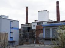 Edificio de la fábrica con la reserva de agua, industria química Luz del día, cielo nublado Fotografía de archivo