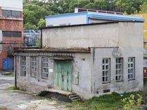 Edificio de la fábrica con la reserva de agua, industria química Luz del día, cielo nublado Imagen de archivo
