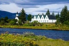 Edificio de la iglesia y del parlamento en el parque nacional de Thingvellir en Islandia Foto de archivo