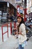 Edificio de la mirada de la gente tailandesa de las mujeres del viajero que camina y vida de nepalés Imagen de archivo